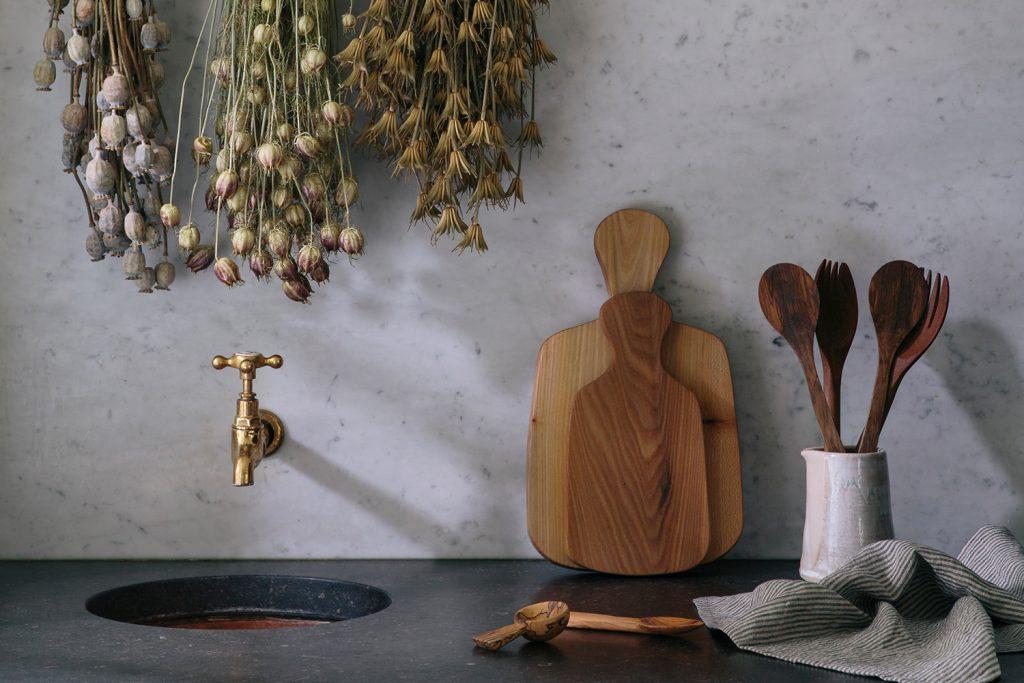 Aerende jug and wooden kitchenware