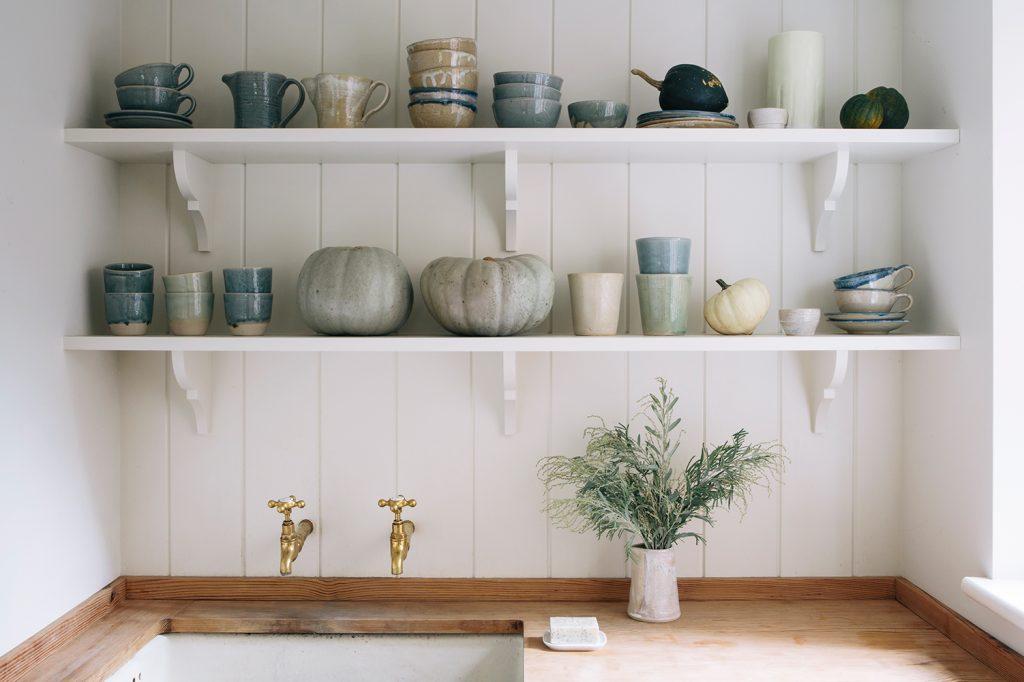 Aerende stoneware in kitchen