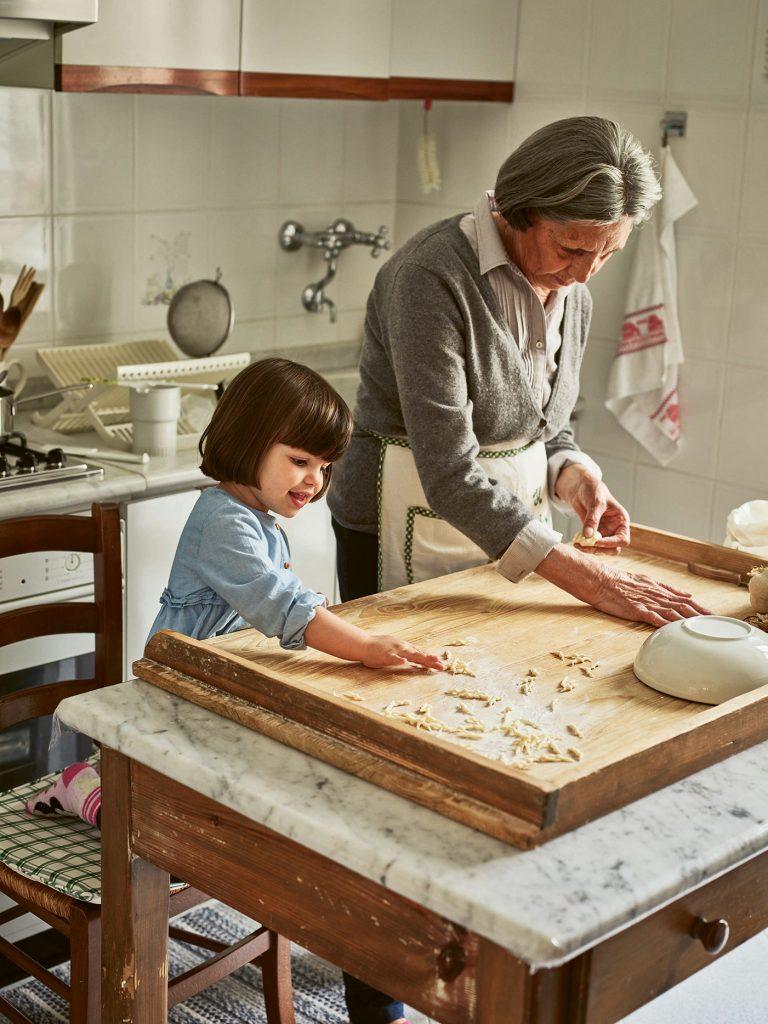 Rosetta & granddaughter Pasta Grannies © Emma Lee