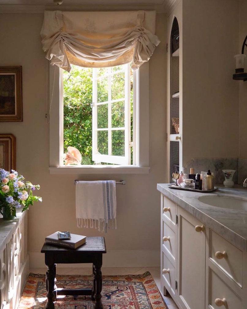 Bathroom with natural cream blind. Instagram @stampsandstamps