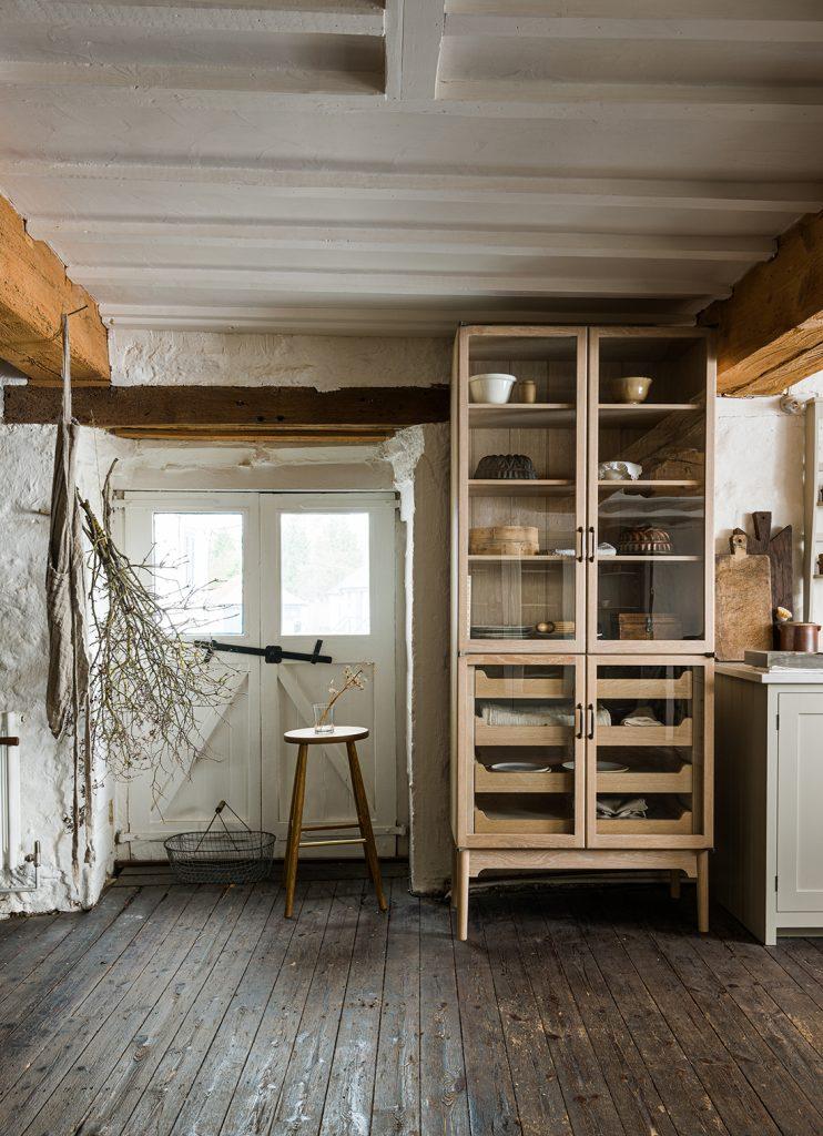 The Classic English Kitchen deVOL cabinet